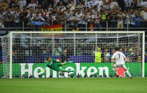MILAN, ITALY - MAY 28: Cristiano Ronaldo of Real Madrid scores the winning penalty during the UEFA Champions League Final match between Real Madrid and Club Atletico de Madrid at Stadio Giuseppe Meazza on May 28, 2016 in Milan, Italy. (Photo by Shaun Botterill/Getty Images)